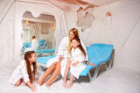 Детям в соляных комнатах особенно нравится необычная атмосфера и возможность играть на полу с белоснежным песком.