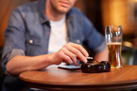 Курение и алкоголь – первое от чего стоит отказаться для сохранения мужского здоровья.