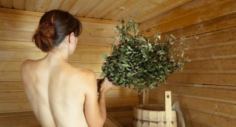 Не бойтесь использовать березовый и дубовый веник в целях профилактики бронхита.
