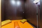Массажный стол в комнате отдыха